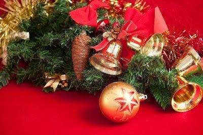 Campanas de navidad reales junto al arbol