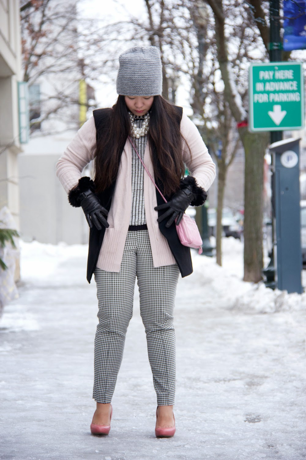 Street-Fashion, Mixing-Prints, Black-and-White, Pink, Gloves, Cardigan