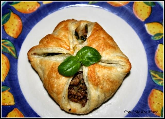 Paczuszki z ciasta francuskiego nadziewane mielonym mięsem i warzywami