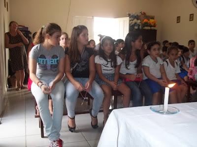 Crianças rezam o terço na Capela de Nossa Senhora