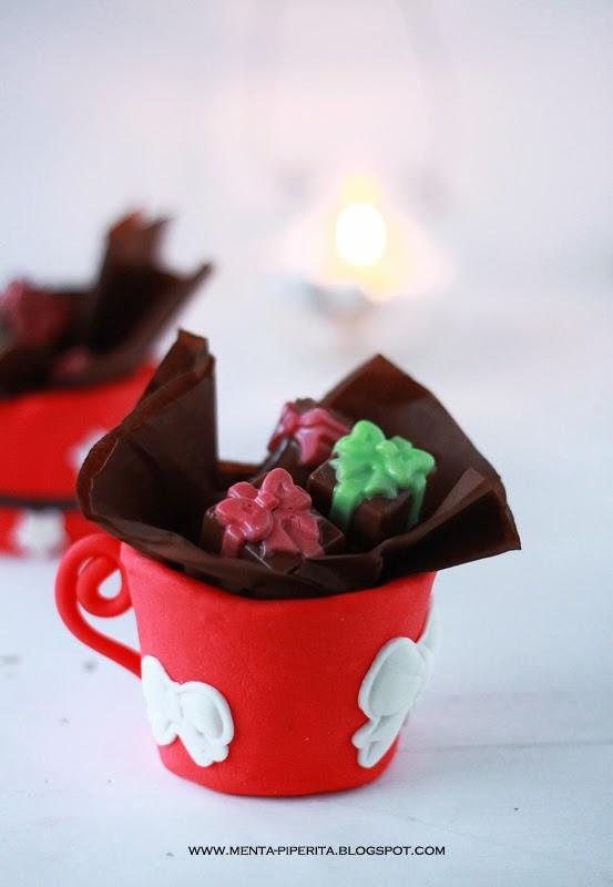 dolci creazioni natalizie: tazze di frolla come centrotavola e alberelli appesi ad una tazza