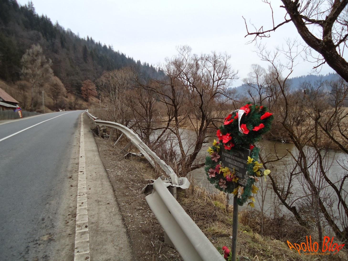 Coroana de flori pe marginea drumului