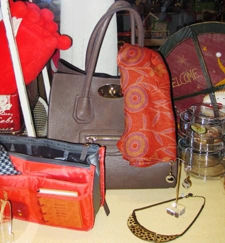 Bolso taupe fular y organizador bolso rojos