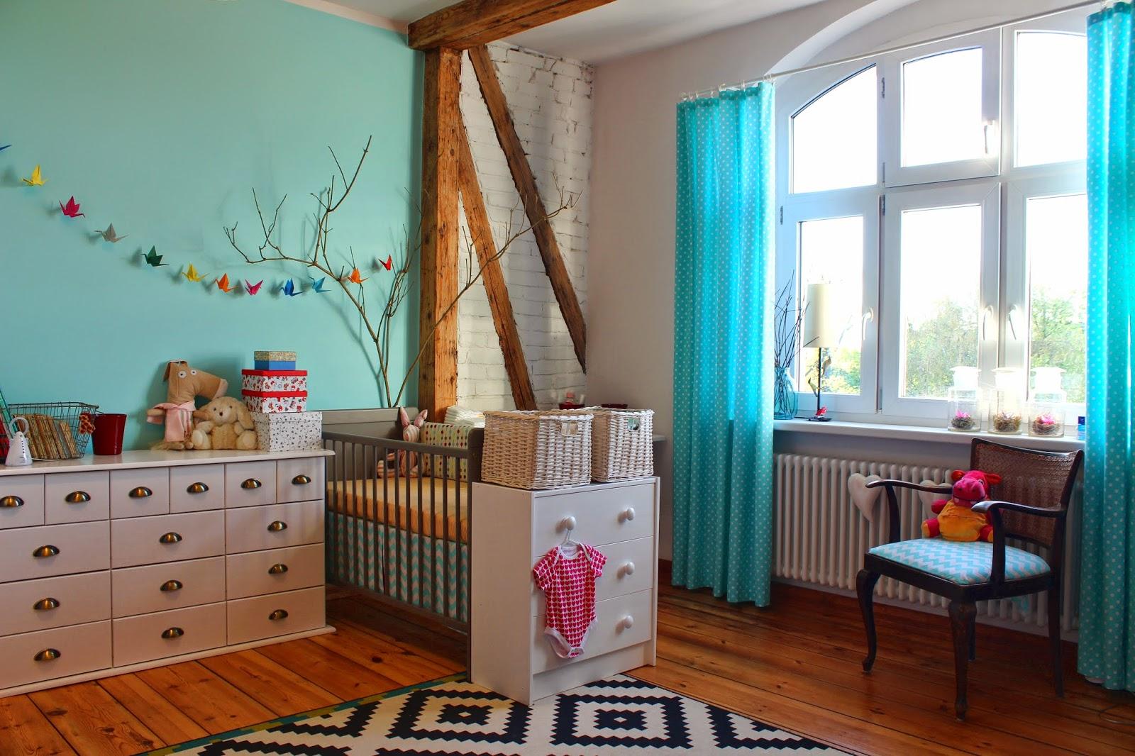 eklektyczny, vintage turkusowy pokój niemowlaka