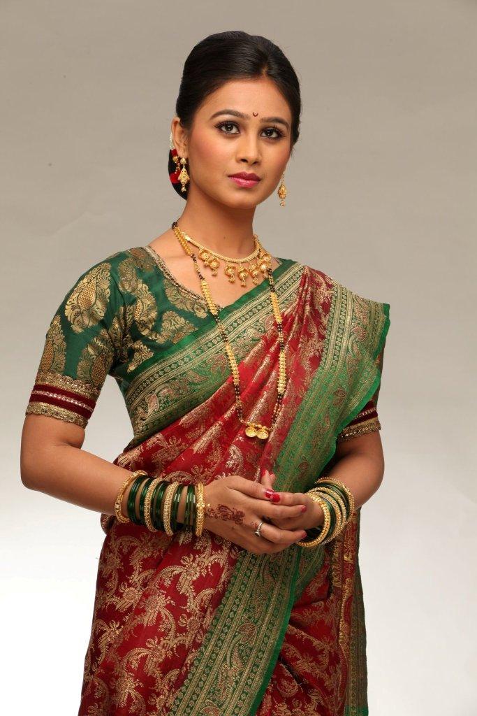 Mrunal Dusanis HD Wallpapers - Karamnook.com | Marathi Movies, Actress ...