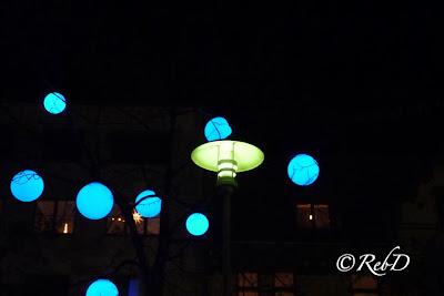 Blåa lysande bollar runt en gatlykta. Del av Eslöv lyser 2013. foto: Reb Dutius