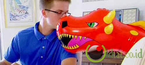 Mark Jatuh Cinta Dengan Mainan Balon Binatang