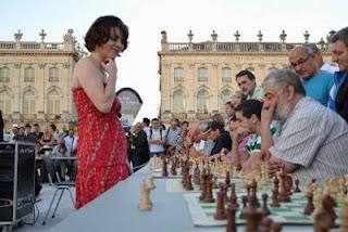 Nino Maisuradze donne une simultanée Place Stanislas à Nancy dans le cadre de la nuit des échecs- Photo © FFE