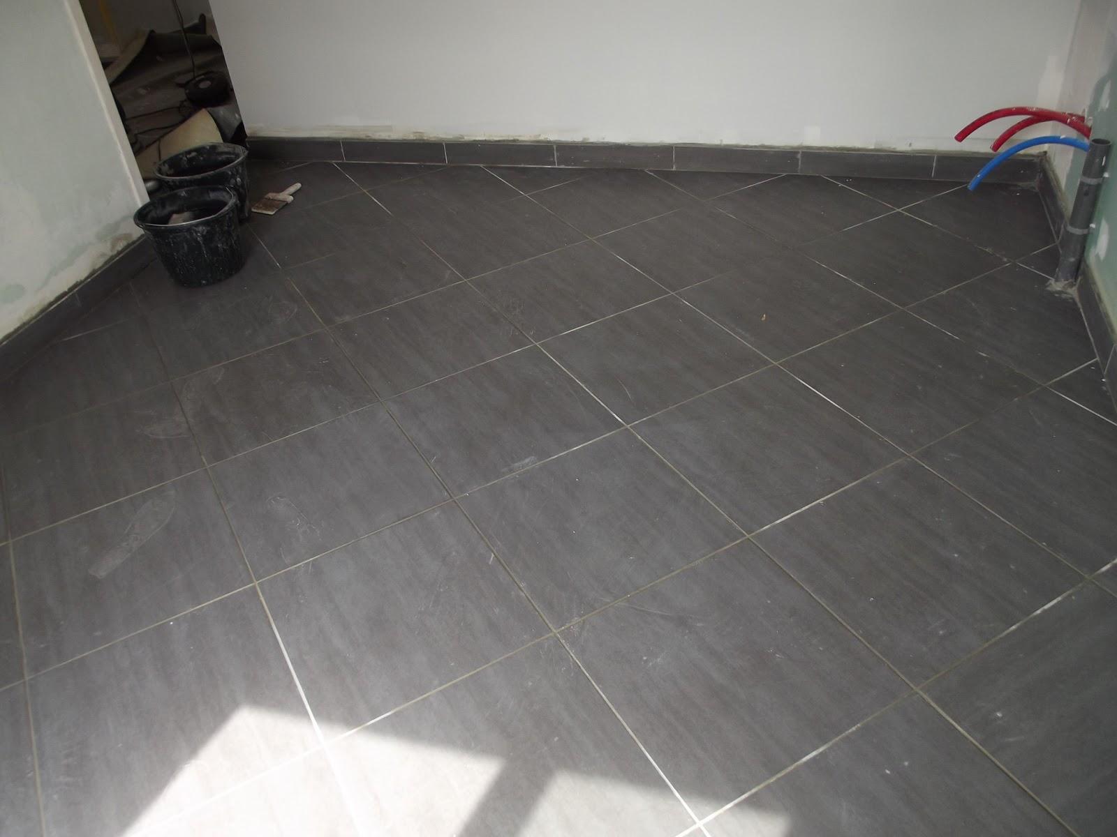 pose dun carrelage de sol 45x45 en diagonale et wc avec une frise de mosaque - Pose Diagonale