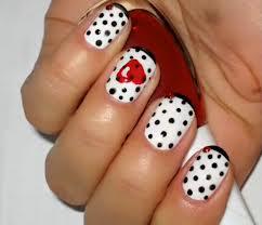 Desenhos de unhas com  bolinhas pretas