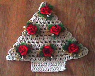 Imagem enfeite de Árvore de barbante em crochê com enfeites de rosas vermelhas de tecido