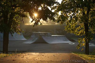 silhouette contre-jour aube brume doré automne sport skate park Seine-et-Marne