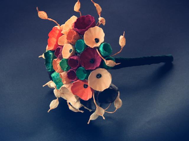 Matrimonio ecologico: bouquet con fiori di carta nei colori autunnali
