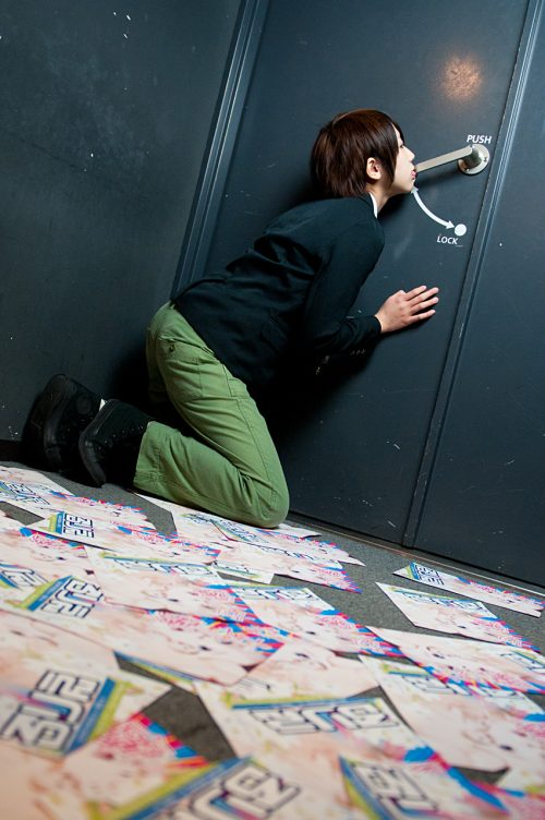 girl door knobing