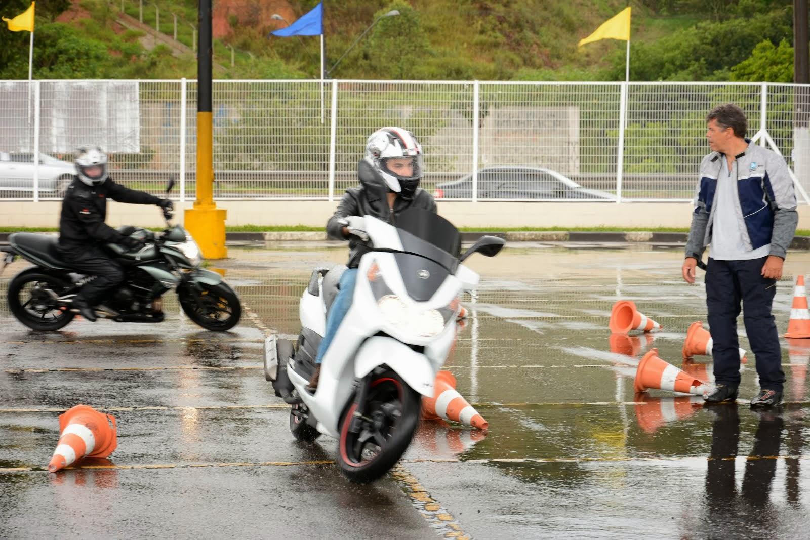 Scooter em pista molhada. Curso dia 27 de Outubro de 2013