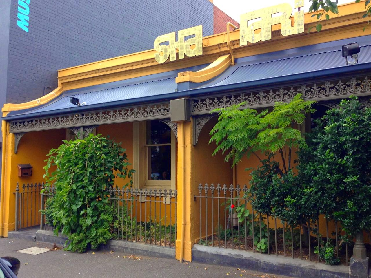 green gourmet giraffe shakahari vegetarian restaurant. Black Bedroom Furniture Sets. Home Design Ideas