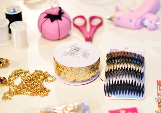 Diy bejeweled hair combs pretty brooches for your hair love diy hair accessories hair combs solutioingenieria Image collections