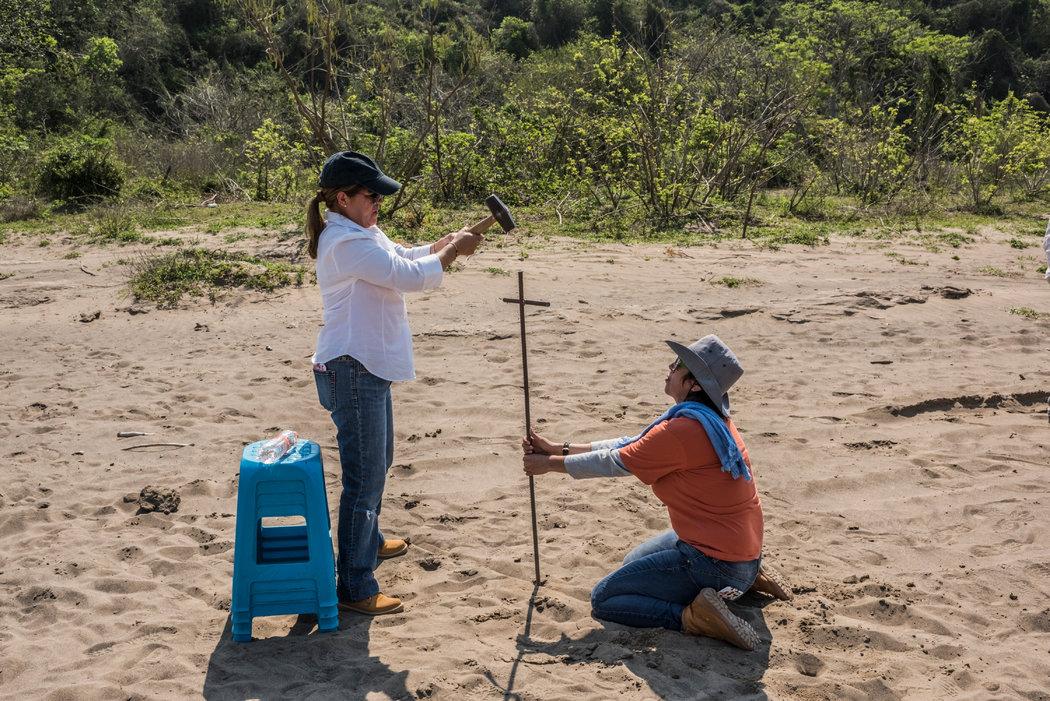 Las madres mexicanas que excavan la tierra para buscar a sus hijos