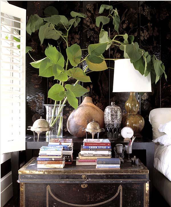 decorar con baules  antiguos - baul maleta con libros encima