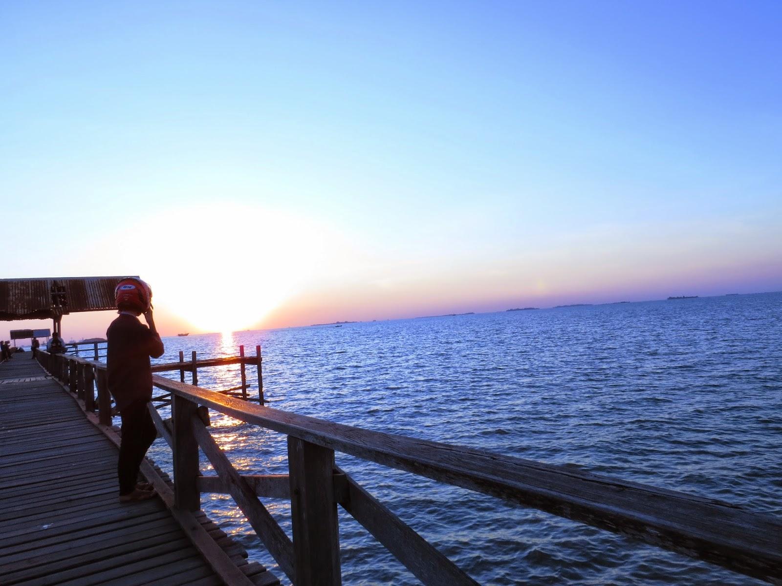 Menikmati Sunset di Dermaga Biringkassi