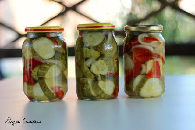 Koreczki z ogórków na zimę, z papryką i cebulą.