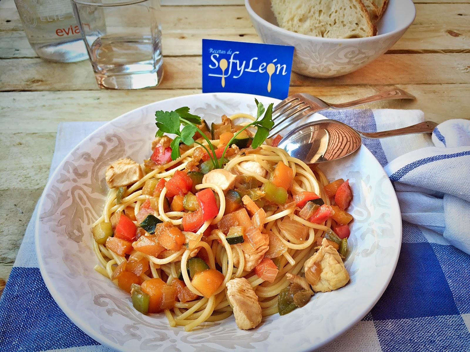 Espaguetis con verduras y salsa de soja.