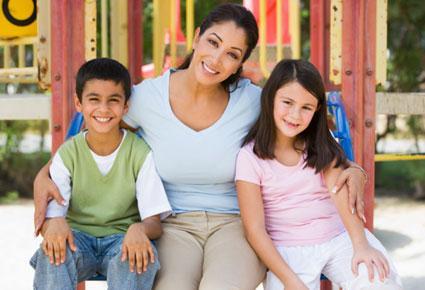 نصائح مفيدة لتستطيعي معرفة ما يخفيه أولادك عنك  - ام واولادها - mother and kids children
