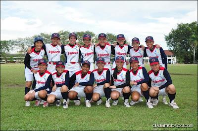 Pasukan sofbol perempuan Vipers Penang bergambar kemenangan