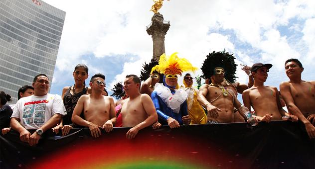 Homosexuales, gays al pie del Angel de la Independencia, en la marcha del orgullo gay en la Ciudad de México | Ximinia