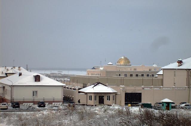 Магас зимой - президентский дворец тоже в снегу