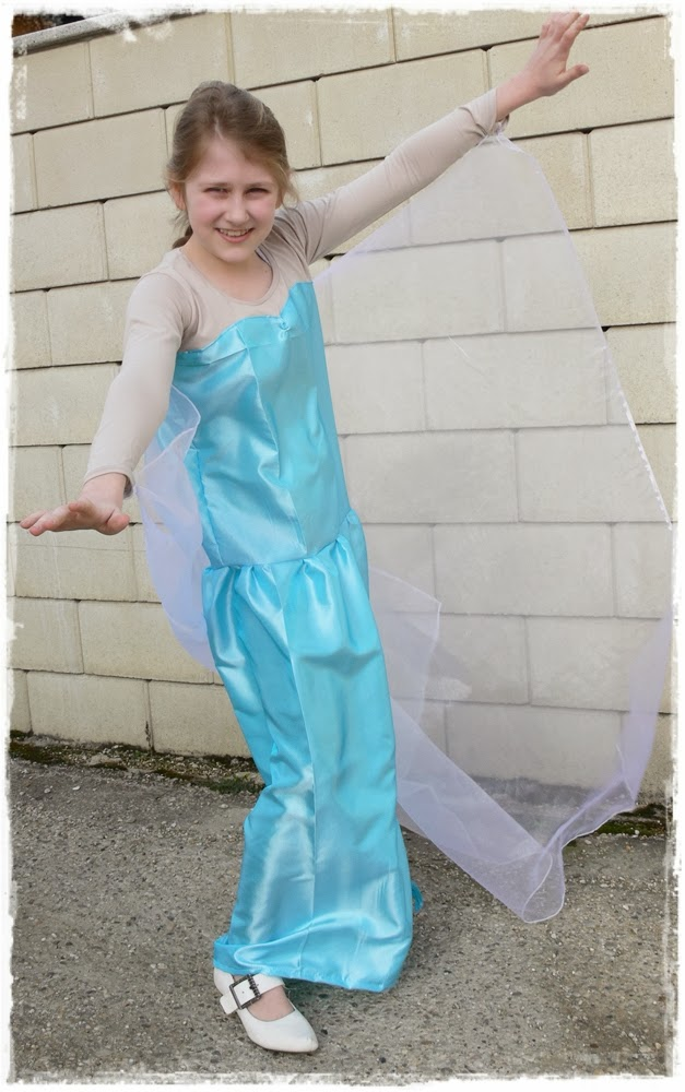 Awesome list of 20+ DIY Elsa Costume Dresses and accessories! It's giving me some inspiration as to how I want to make my daughter's Queen Elsa dress from Disney's Frozen for Halloween.