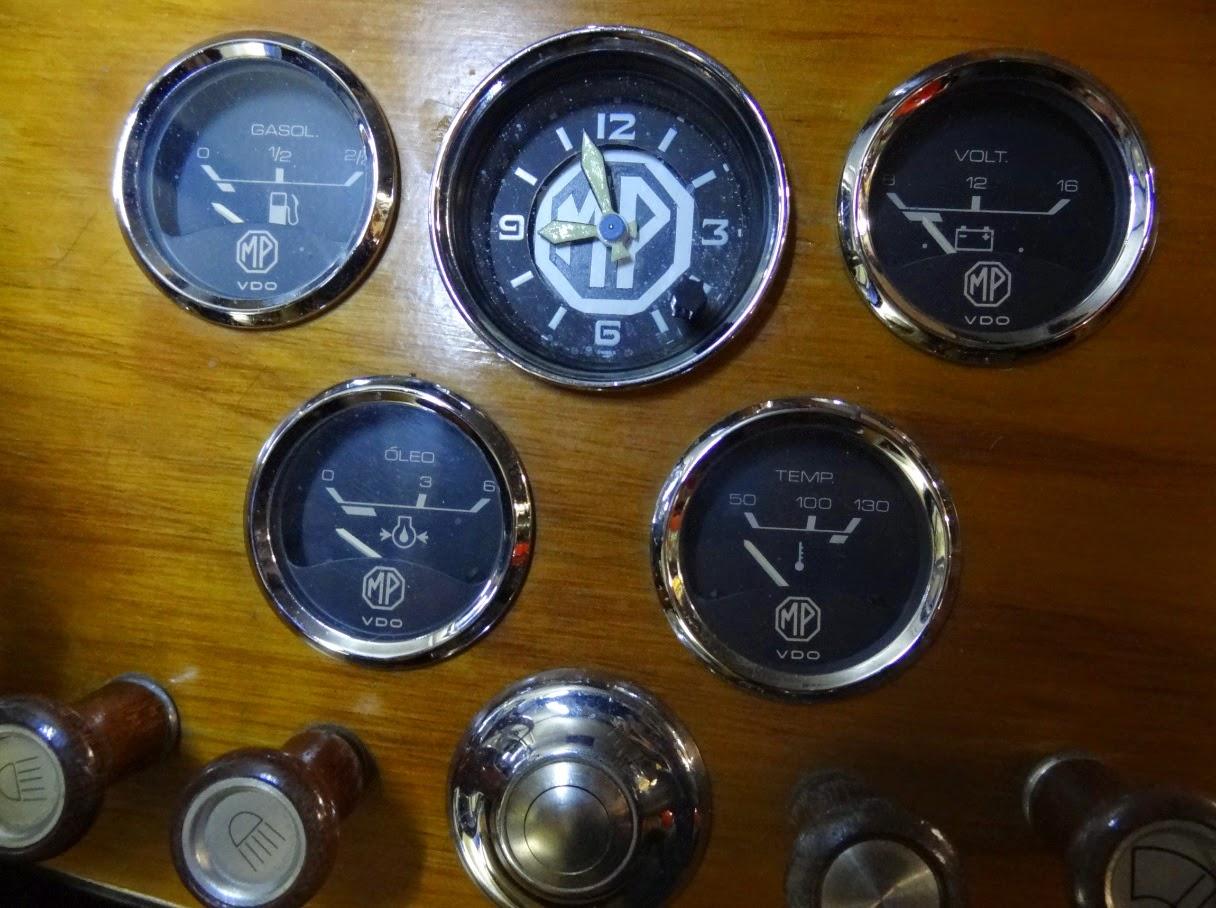 A Suíça é famosa pela precisão de seus relógios. O MP Lafer de Dominique ganhou um relógio personalizado no painel de madeira.