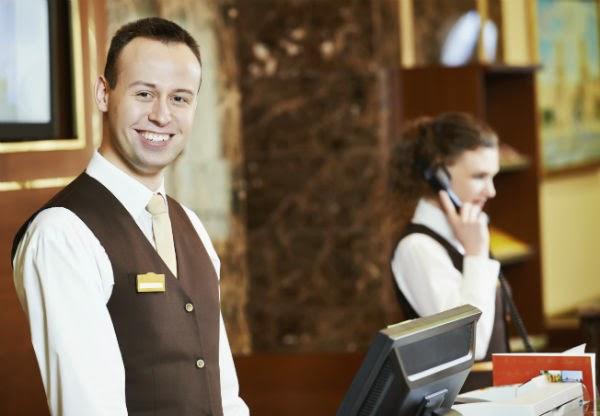 recepcion-checkin-hotel-recepcionista