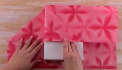 Gambar tutorial cara membungkus kado motif bunga cantik