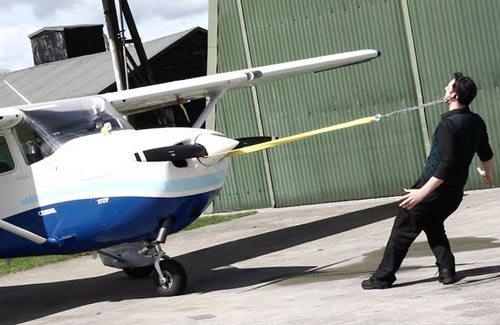 Aksi Tarik Pesawat Dengan Telinga Pecahkan Rekor Dunia