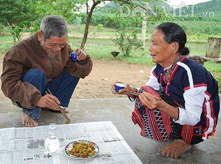 Vợ chồng già Lương ghiền ăn sùng đất để tăng cường sức