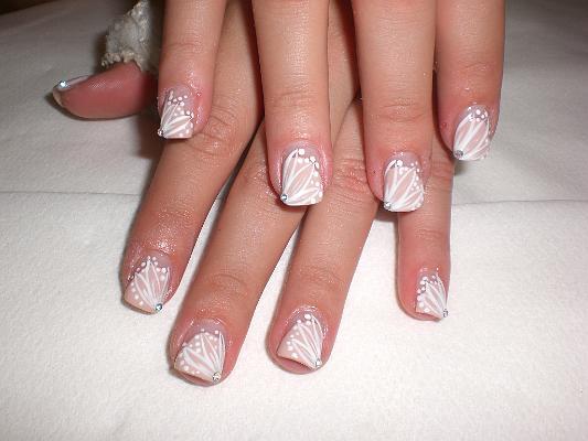 una idea de la variedad de dibujos en sus uñas para estar a la moda
