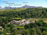 El conjunt de Ca l'Antiparro i Cal Ponet Lluís amb la muntanya de Montserrat al fons des d'un mirador de les Obagues de Can Mata