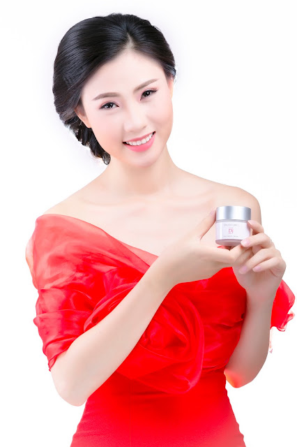 So huu lan da trang non cua A Hau Asean 2014 Bui Thi Ha Anh chi voi Silky White Cream