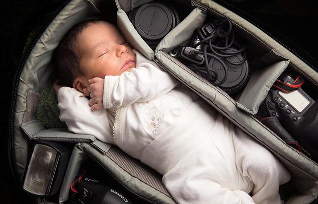 Fotógrafos registram lindas fotos de seus filhos dentro de sua bolsa de equipamentos
