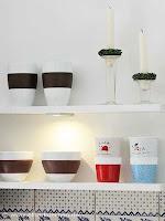 Ein offenes Regal in Weiß bringen Offenheit in die Landhausküche
