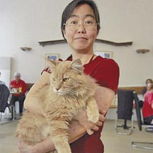 Takako Ishimitsu bersama seekor kucing yang menetap di kafe itu.