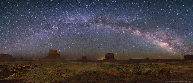Dải Ngân Hà trên Monument Valley. Tác giả : Wally Pacholka (AstroPics.com, TWAN).