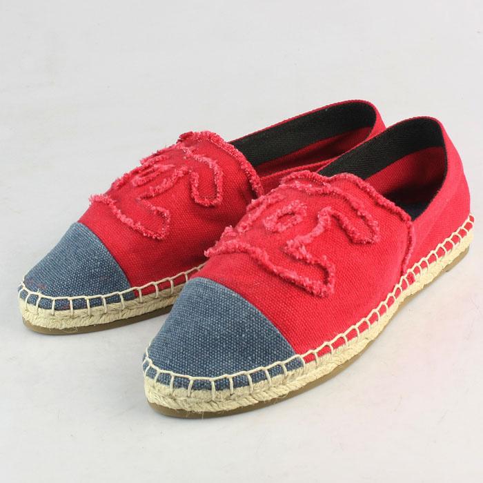 Las alpargatas han dejado de ser un calzado barato para pasar a ser un icono que las firmas de lujo han querido hacer suyo. No solo Chanel, Valentino hizo