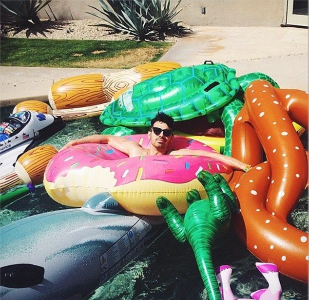Joe Jonas was in a bit more of a humorous mood as he relaxing with floating in a poolside.