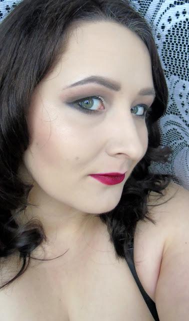 Kobiecy makijaż - czerwone usta i przydymione oczy