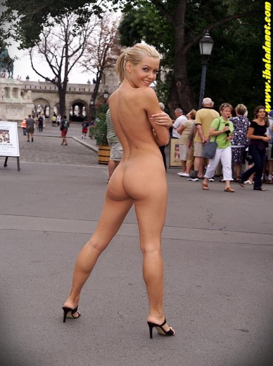 Branquinha gostosa nua na rua.