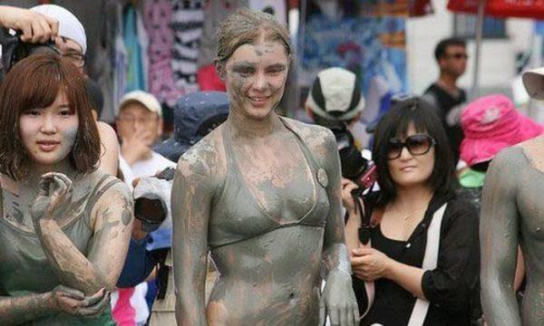 Foto: Saat Wanita Bergulat di Kubangan Lumpur