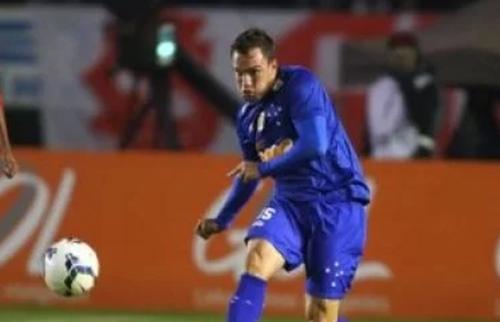 Volante Willian Farias é o novo contratado do Vitória