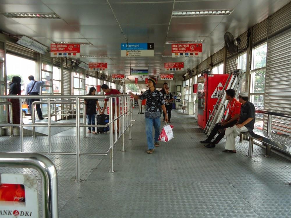 Suasana Halte Bus Transjakarta atau Busway